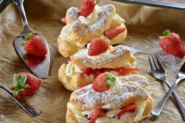 eclair-strawberry-spoon